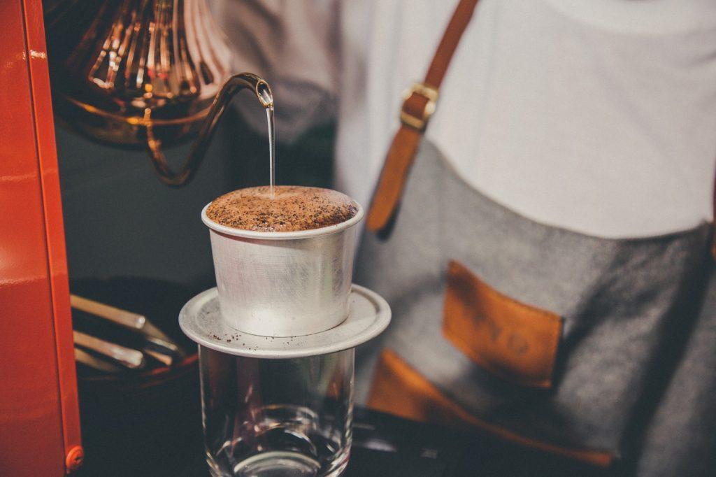 Thưởng thức cà phê phin giúp cho bạn cảm thấy yên bình hơn